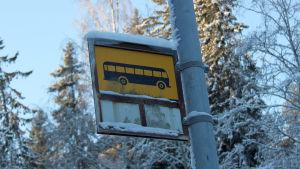Luminen linja-autopysäkki Tampereella.