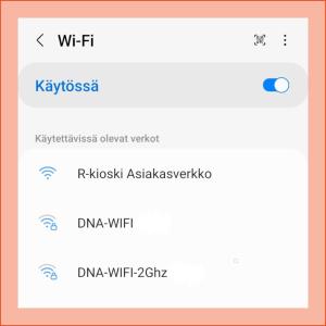 Kuvakaappaus puhelimen asetuksista, haetaan wifi-verkkoja.