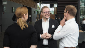 Kansainvälisen Maj Lind -pianokilpailun 2017 asiantuntija Niklas Pokki (keskellä) sekä toimittajat Lotta Emanuelsson ja Timo Asikainen.