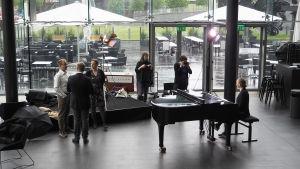 Maj Lind -pianokilpailu 2017: Ylen asiantuntija Niklas Pokki, toimittajat Riikka Holopainen, Timo Asikainen ja Lotta Emanuelsson sekä tuottaja Tiina-Maija Lehtonen, kuvaamassa nettitoimittaja Sandra Saulo.