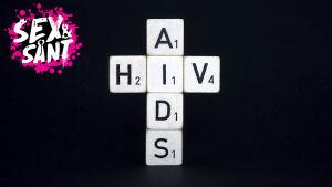 block med bokstäver som bildar orden hiv och aids på en svart bakgrund