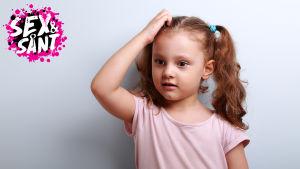 en ung flicka som ser förvirrad ut