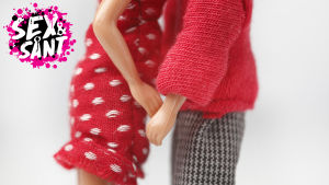 två stycke barbie dockor som man ser att håller händer och kramas