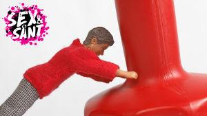 en man docka som håller emot en tyng från att falla