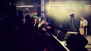 Beväringar ger Ronya stående ovationer när hon spelar i Dragsvik.