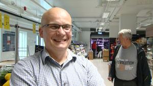 Tomas Fagerström, områdeschef Åland, i Varubodens butik i centrum av Mariehamn