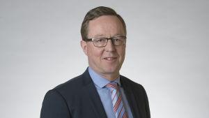Porträttbild på näringsminister Mika Lintilä.