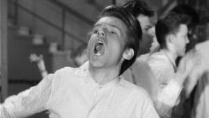 Alusasuinen Jarno Hiilloskorpi laulaa ja tanssii rock and rollia elokuvassa Vääpelin kauhu.