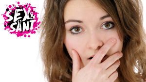 en ung kvinna som håller handen framför munnen och ser rädd ut
