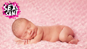 en bebis som ligger och sover på en ljusrödfilt