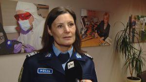 Polismästare Maria Hoikkala står framför en vägg och blir intervjuad.