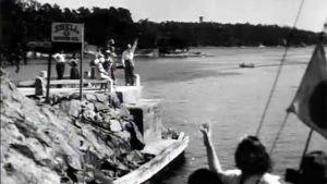 Katsojat vilkuttavat ohi lipuvalle purjeveneelle Helsingissä 1929.