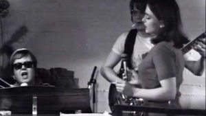 Jukka Jarvola (pianon ääressä) ja Rea Mauranen laulavat näytelmässä Bändi.