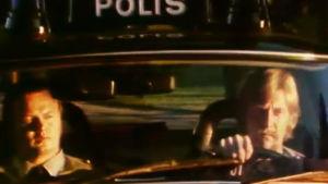 Poliisit Matti Lammi ja Jorma Liljedahl partioivat poliisiautolla Helsingissä.