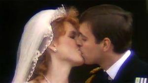 Vastavihityt Sarah Ferguson ja prinssi Andrew suutelevat