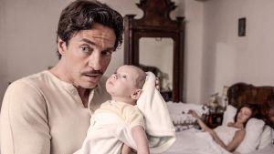 Isä Giovanni (Alessio Boni) pitää vastasyntynyttä Antonio-vauvaa sylissään sarjassa Isältä tyttärelle (Di padre in figlia). Taustalla Franca (Stefania Rocca).