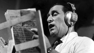 Henry Theel laulaa studiossa kuulokkeet korvilla. (1966)