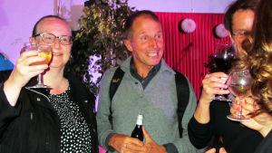 Sopraano Kirsi Tiihonen juo olutta ensi-illan jälkeen kielin oopperassa.