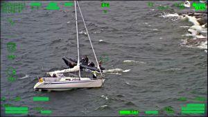 Gummibåt undsätter segelbåt i storm
