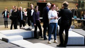 Pianisti Hannu Alasaarelaa onnitellaan Maj Lind -kilpailussa