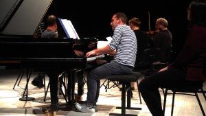 Pianisti Mackenzie Melemed harjoittelee Uusi Helsinki -kavrtetin kanssa.