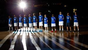 Finlands landslag i basket uppställda på plan.