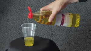 olivolja hälls ur flaska