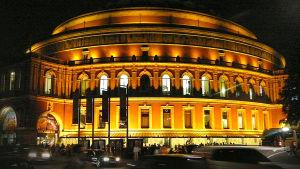 Kuva Royal Albert Hallista Lontoossa iltanäkymä