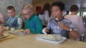 Rufus Nylund (till höger) äter nästan bara sallad.