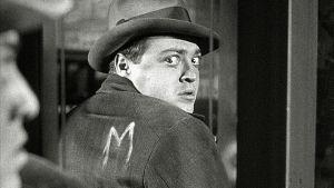 Peter Lorre elokuvassa M – kaupunki etsii murhaajaa.