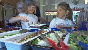 Eleverna i Bergaskolan i Malmö kan välja från ett mångsidigt salladsbord.