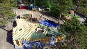 Uusi sarja seuraa omakotitalon rakentamista. Talon on tarkoitus kestää ainakin seuraavat sata vuotta.