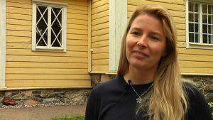 kvinna mot gul byggnad