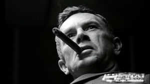 Kenraali Jack D. Ripper (Sterling Hayden) esitelmöi kommunismista. Kuva elokuvasta Tohtori Outolempi