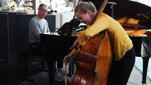 Kontrabasisti Heidi Rahkonen pianisti Jouko Laivuori esiintyvät.