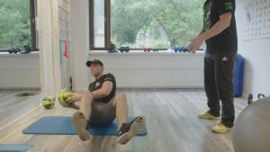 Filip Roms tränar bålmuskulaturen