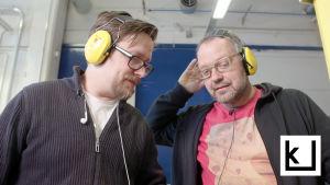 Niko Laurila neuvoo Jonni Roosia kitaranrakennuksessa.