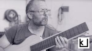 Jonni Roos on soittavinaan kitara-aihiota.