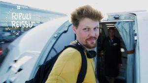 Jussi Nygren astuu lentokoneeseen
