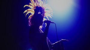 Amira Khalifa sambapäähine yllään laulaa