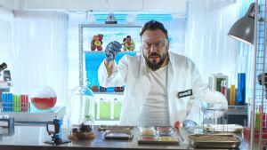 Docventuresin Riku Rantala labrassa lihanpalan kanssa.