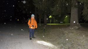 Pojke med ficklampa i vintermörkret