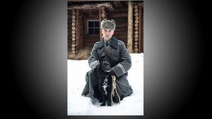 Samuli Vauramo luutnantti Lammiona ja Násti-koira.