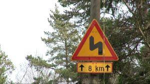 Trafikmärket ner till Porkala udd visar 8 kilometer ordentligt kurvig väg.