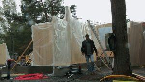Mies sateessa rakennustyömaalla