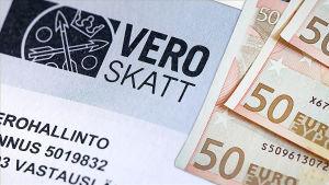 Bild på en skattedeklaration och några sedlar.