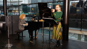 Huilisti Heta Aho soittaa piccolohuilua.