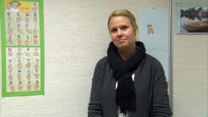 kvinna vid teckenspråksalfabetet