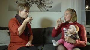 Linda Holm och Carolina Beijar dricker silvergrogg, silvervatten med citron i.