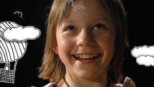 Tyttö lähikuvassa, graafisia pilviä ja ilmapallo.